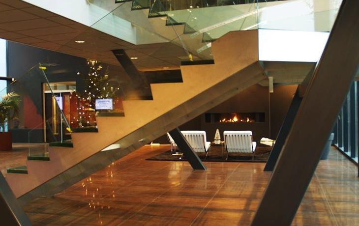 Bedrijfsruimte te Houten, nieuwbouw, entree met centrale trapopgang
